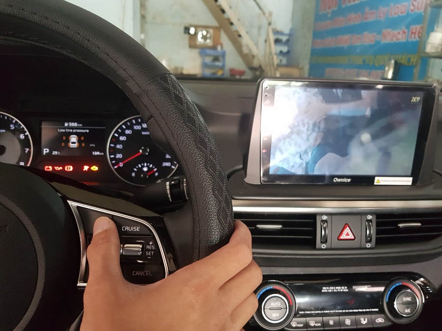 DVD Android Ownice tích hợp các nút bấm trên vô lăng giúp làm tăng sự tập trung, an toàn cho chủ xế