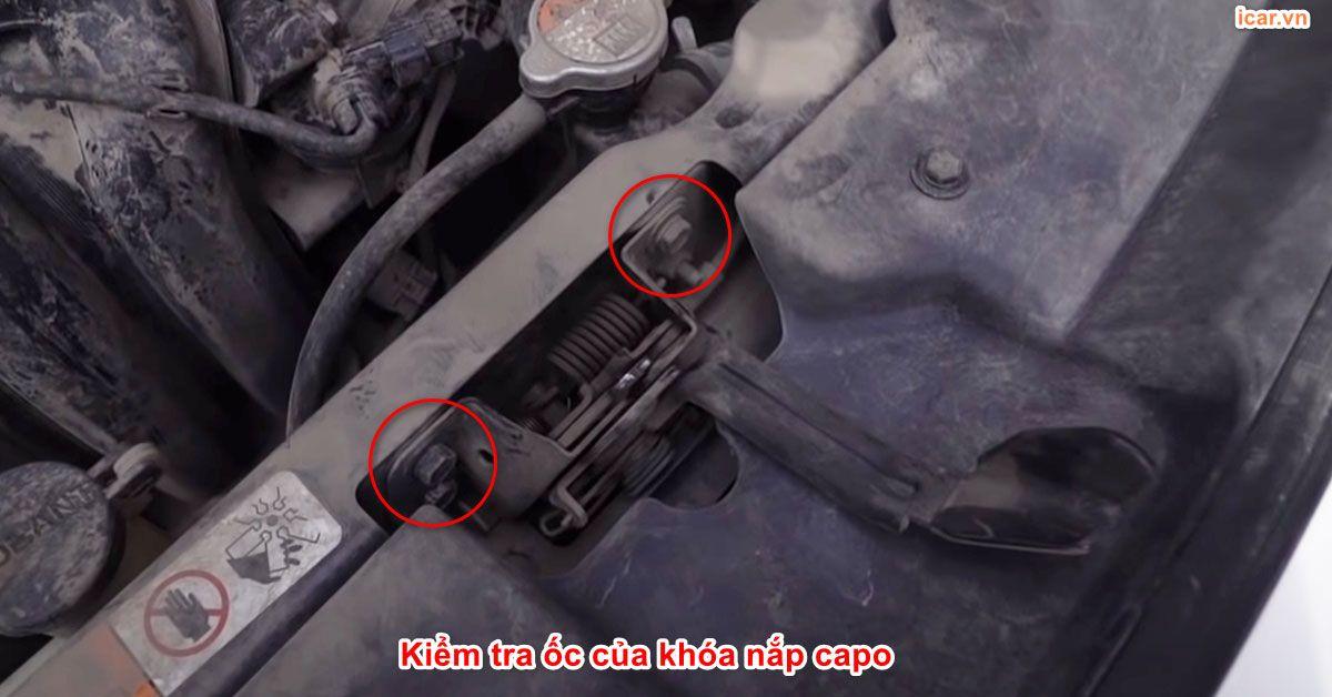 Kiểm tra ốc khóa nắp capo để kiểm tra xe tai nạn
