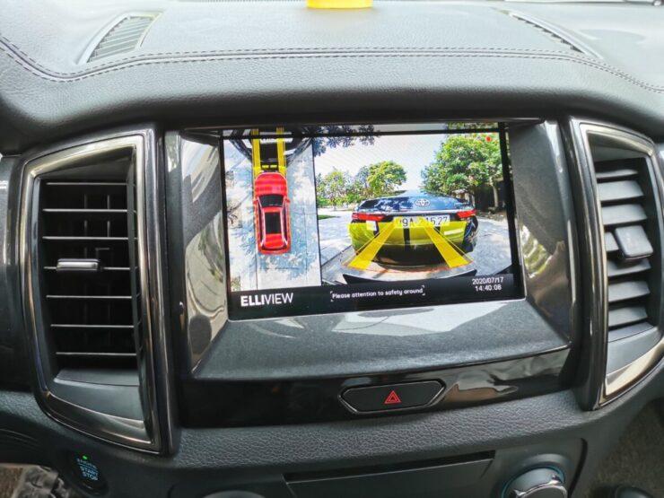 Camera 360 xe Ford Everest hiển thị đánh lái tiến và cảm biến va chạm