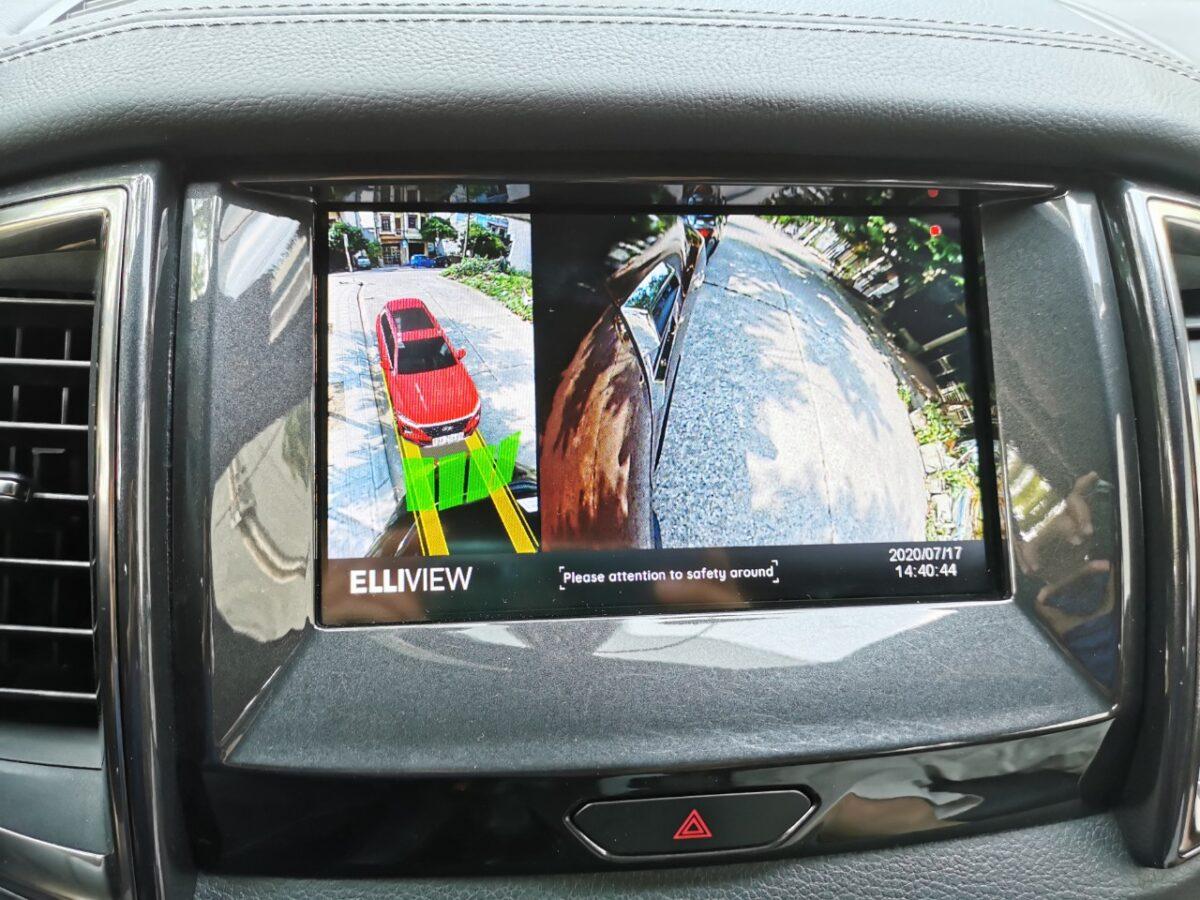 Camera 360 xe Ford Everest hiển thị đánh lái tiến và xi nhan phải hiện cảm biến va chạm