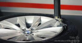 Bước 5: Đưa bánh lên máy ra vào lốp