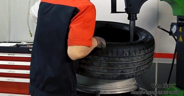 Bước 6: Vào lốp bằng máy ra vào lốp