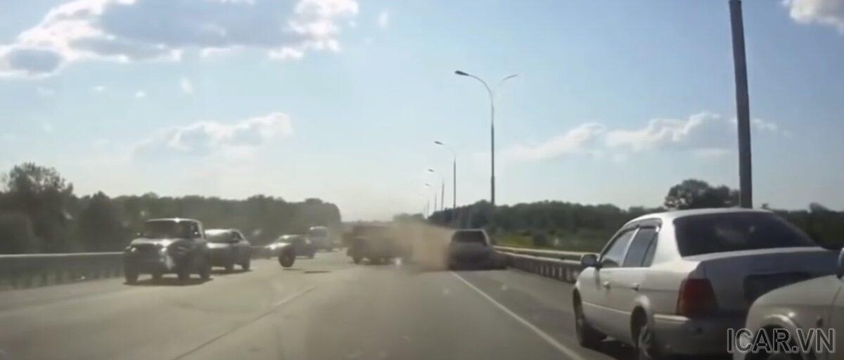 Mất lái do nổ lốp gây thảm họa liên hoàn cho các xe khác trên đường