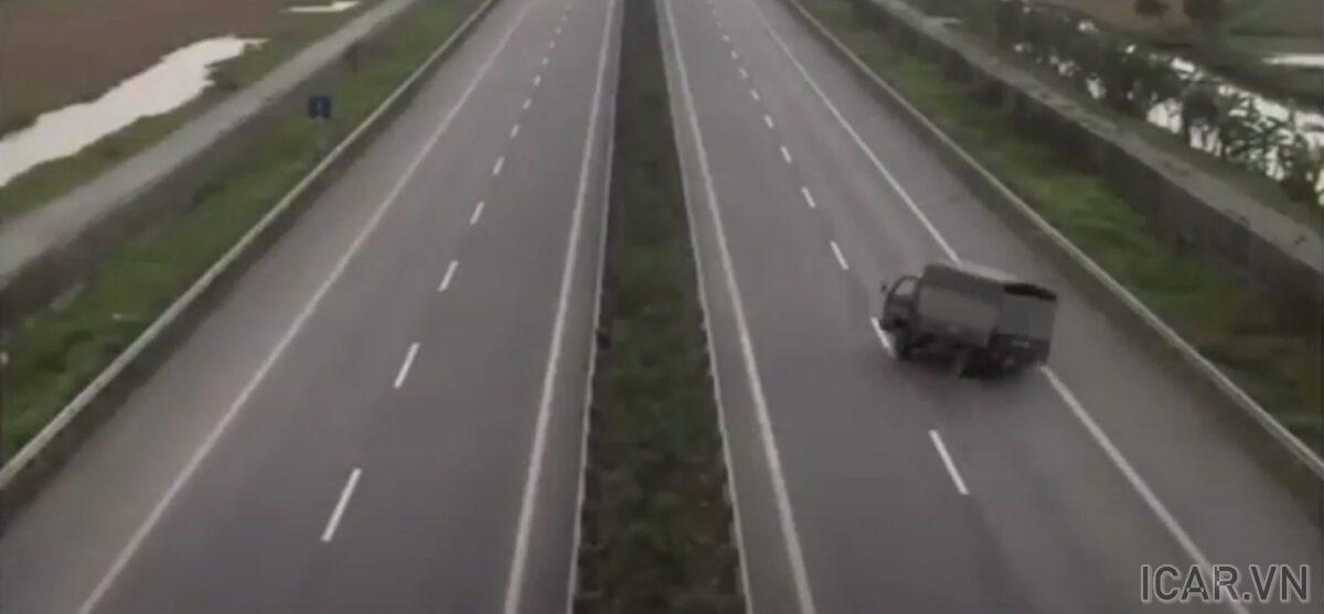 Xe hơi nổ lốp mất lái trên cao tốc Pháp Vân - Cầu Giẽ