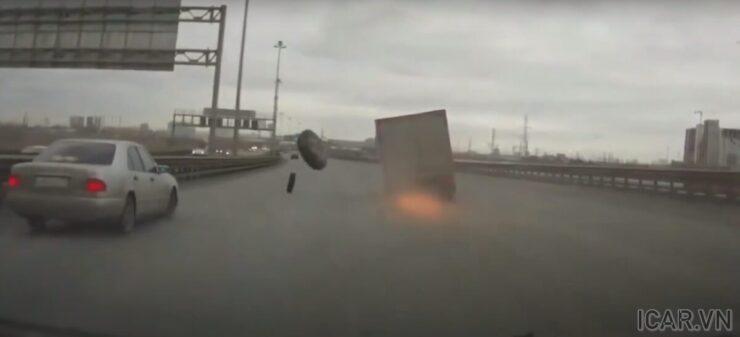 Xe mất lái và mài đường gây tia lửa có thể làm cháy nổ xe