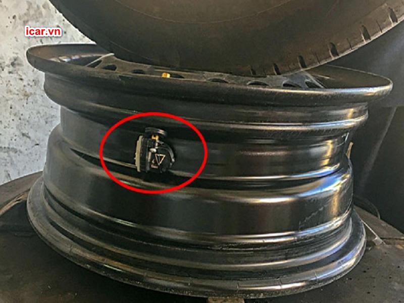 Cảm biến áp suất lốp ô tô được lắp tại vành