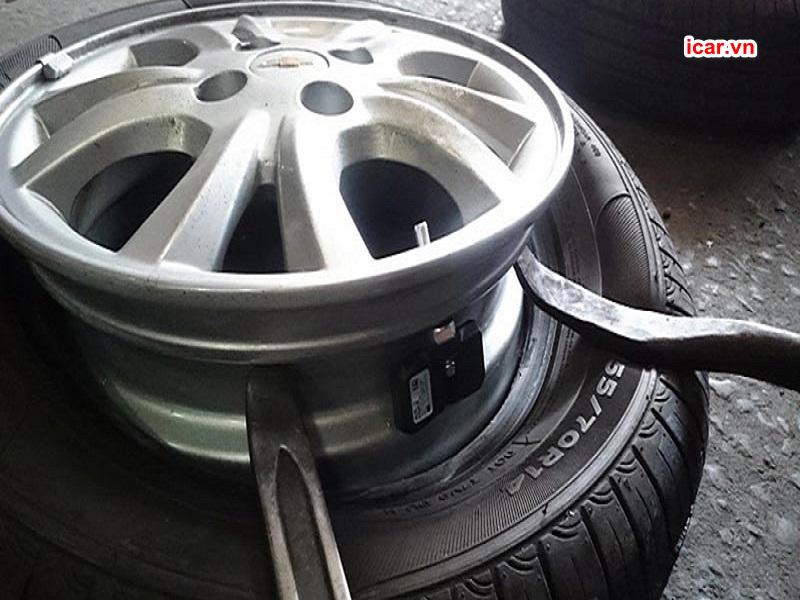 Sử dụng dụng cụ chuyên dụng tháo lốp ra khỏi vành