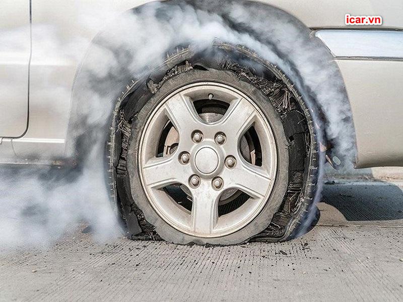 Tình trạng nổ lốp khi áp suất lốp quá cao