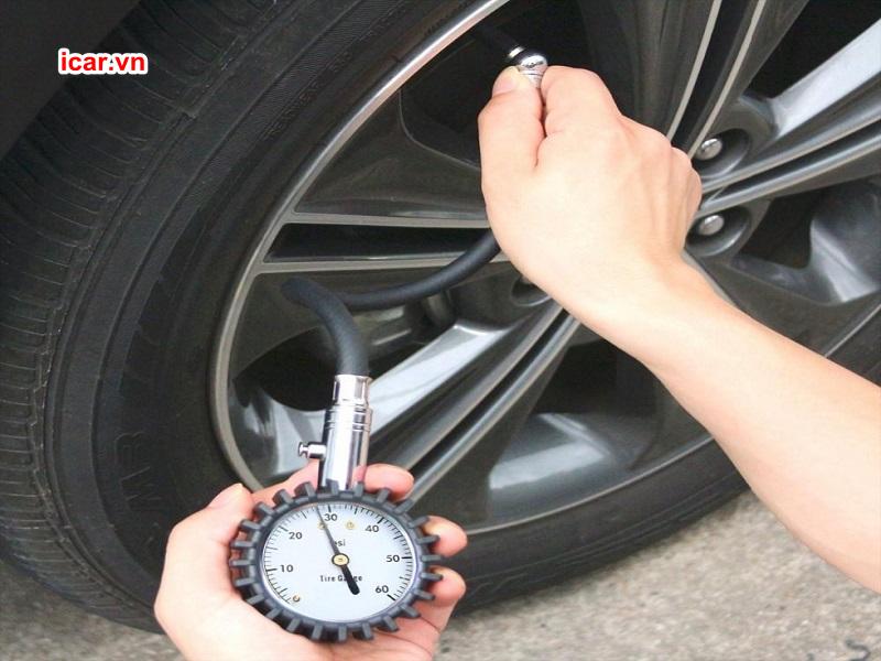 Sử dụng dụng cụ chuyên dụng để đo áp suất lốp ô tô