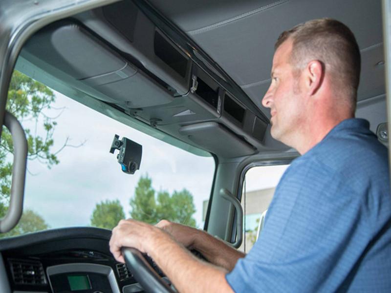 Camera hành trình nhỏ gọn giúp lái xe tải dễ dàng quan sát