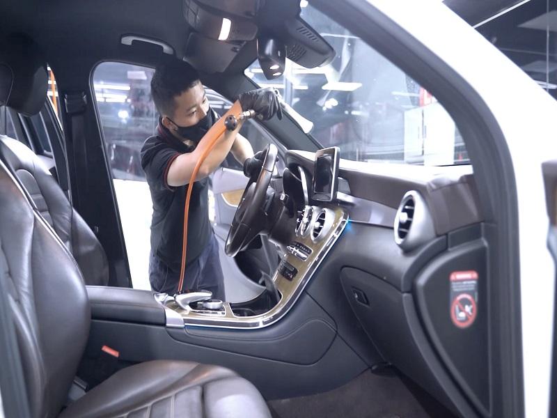 Làm sạch nội thất ô tô nhanh chóng nhờ đội ngũ nhân viên chuyên nghiệp