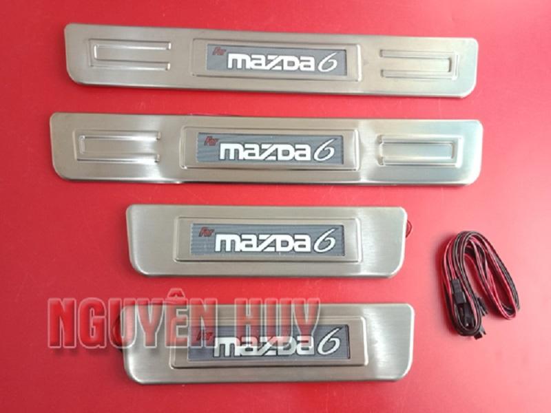 Thiết kế đẹp mắt của nẹp bước chân ngoài có đèn inox dành cho Mazda 6